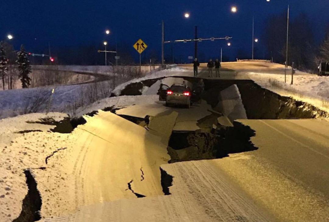 美国突发8.2级大地震!海啸警报狂响 800加拿大人连夜逃难!