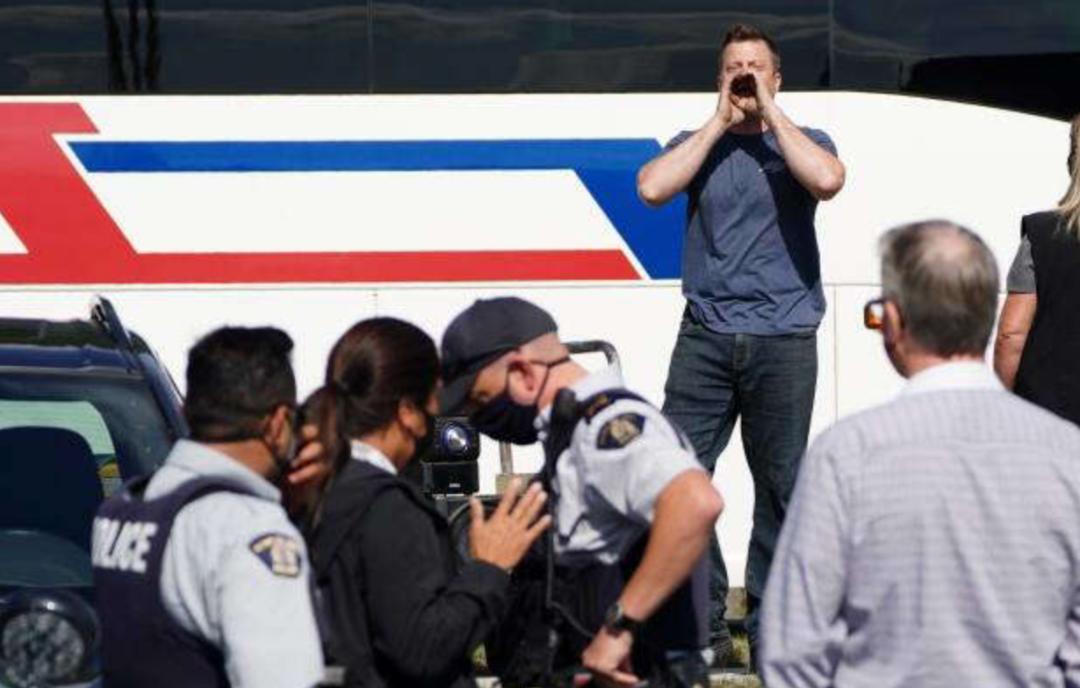 全网怒赞!杜鲁多第一次摘下口罩回怼抗议者 因为妻子被骂了!